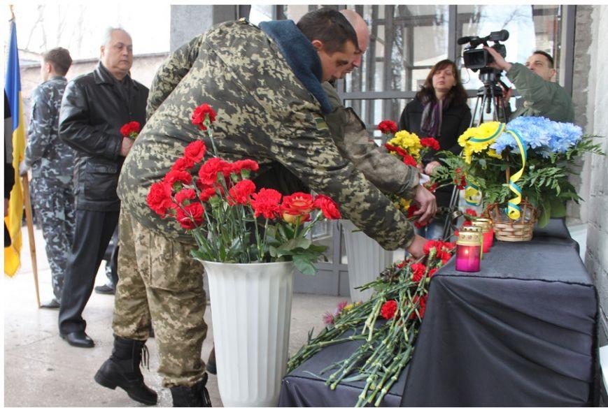 В память о бойце 17 бригады Константине Ткачуку, погибшему в зоне АТО, открыли мемориальную доску (ФОТО) (фото) - фото 1