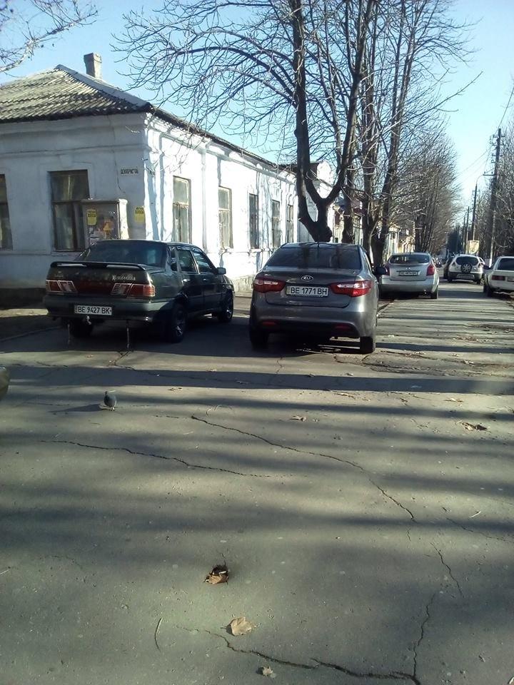 В Николаеве под носом у полиции авто паркуют, загораживая тротуары (ФОТО), фото-1