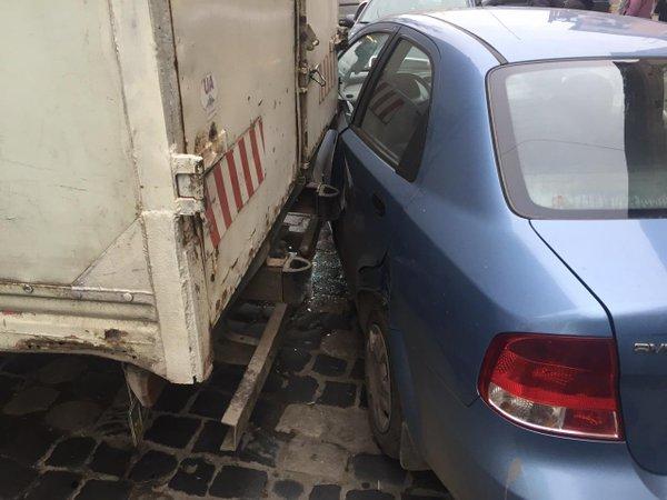 У Львові сталася аварія за участі легковика та вантажівки (ФОТО) (фото) - фото 1