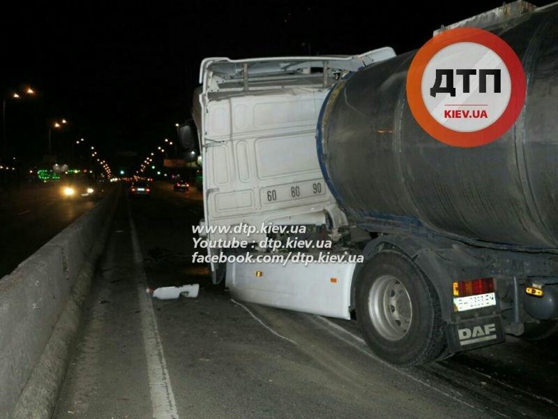На Палладина водитель автоцистерны с 30 тоннами вина врезался в фуру (ФОТО) (фото) - фото 4
