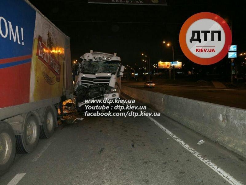 На Палладина водитель автоцистерны с 30 тоннами вина врезался в фуру (ФОТО) (фото) - фото 5