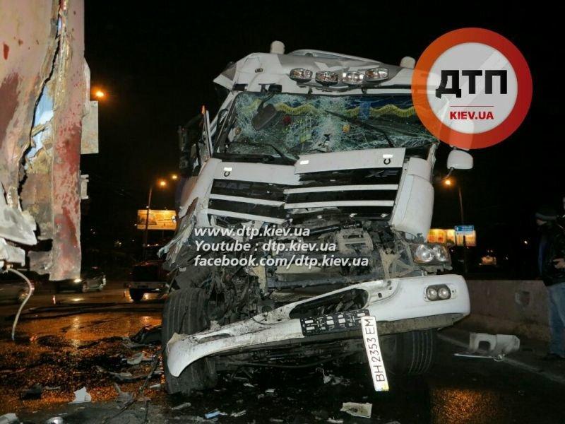 На Палладина водитель автоцистерны с 30 тоннами вина врезался в фуру (ФОТО) (фото) - фото 1