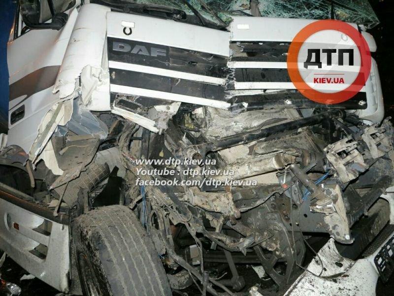 На Палладина водитель автоцистерны с 30 тоннами вина врезался в фуру (ФОТО) (фото) - фото 3