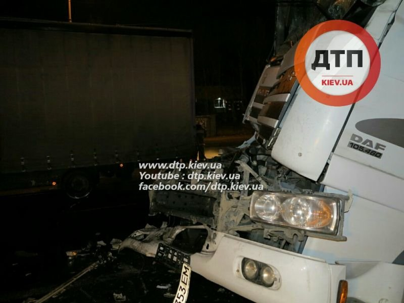 На Палладина водитель автоцистерны с 30 тоннами вина врезался в фуру (ФОТО) (фото) - фото 2