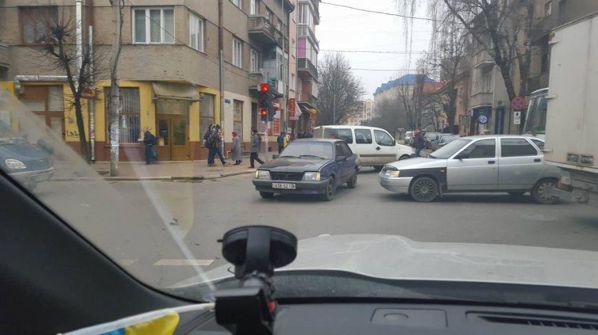 На розі вулиць Сахарова - Коновальця автомобілі стоять у заторах (ФОТО), фото-2