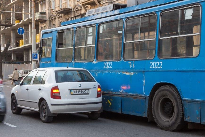 3caada134c3984498c6ddd6c9345eef6 В Одессе троллейбус попал в ДТП