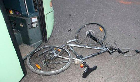 На Львівщині під колеса автобуса потрапив велосипедист (фото) - фото 1
