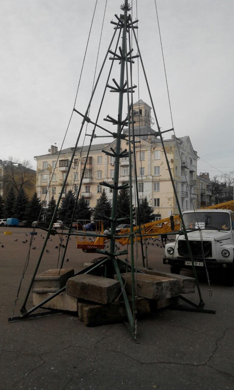 В Краматорске началась установка главной елки (фото) - фото 1