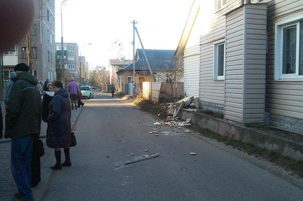В Гродно на Фолюше два парня угнали ЗИЛ, повредили три машины, бетонный забор и крыльцо банка (фото) - фото 4