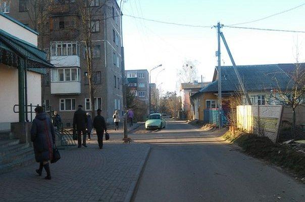 В Гродно на Фолюше два парня угнали ЗИЛ, повредили три машины, бетонный забор и крыльцо банка (фото) - фото 3