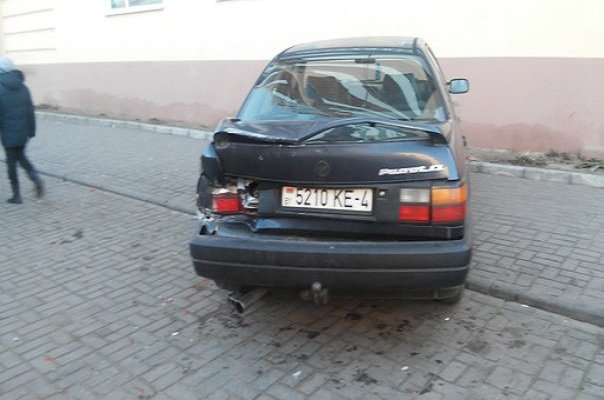 В Гродно на Фолюше два парня угнали ЗИЛ, повредили три машины, бетонный забор и крыльцо банка (фото) - фото 6