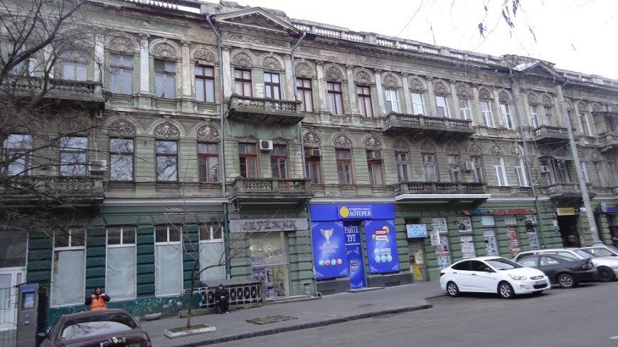 В центре Одессы реклама изуродовала памятник архитектуры (ФОТО) (фото) - фото 1