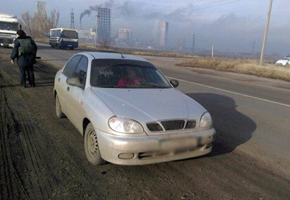 Правоохранители Димитрова задержали водителя, пытавшегося провезти 20 ящиков контрафактной водки (фото) - фото 1