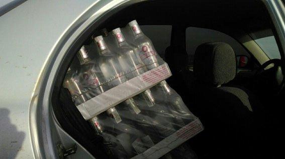 Правоохранители Димитрова задержали водителя, пытавшегося провезти 20 ящиков контрафактной водки (фото) - фото 2