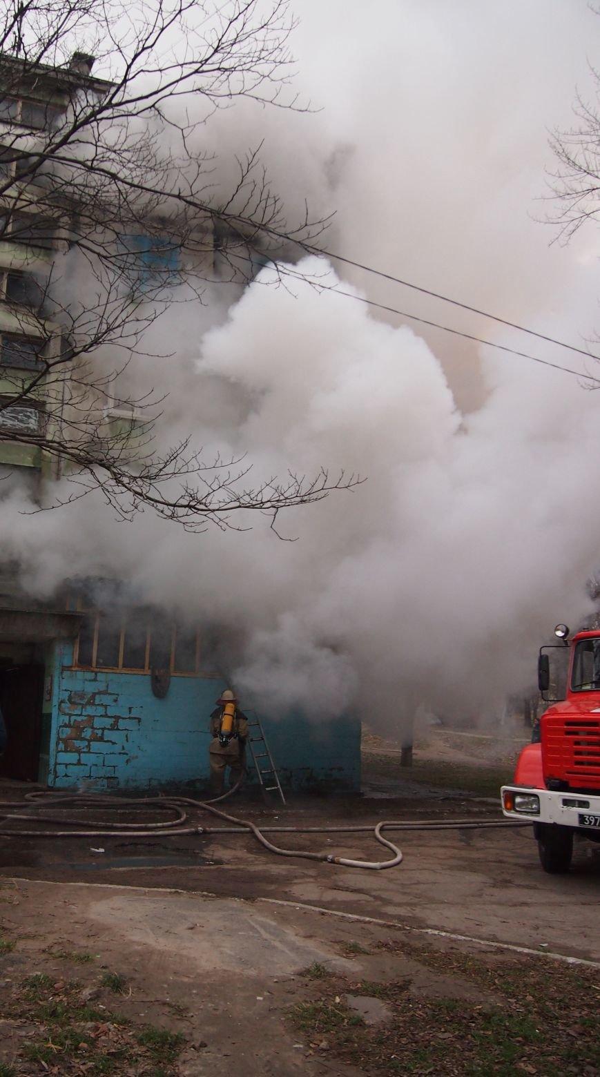 В Днепродзержинске из-за пожара на Комсомольском проспекте пострадал мужчина (фото) - фото 4