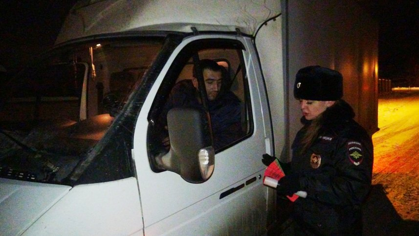 Полевская Госавтоинспекция побеседовала с водителями на трассе Екатеринбург-Полевской (фото) - фото 1