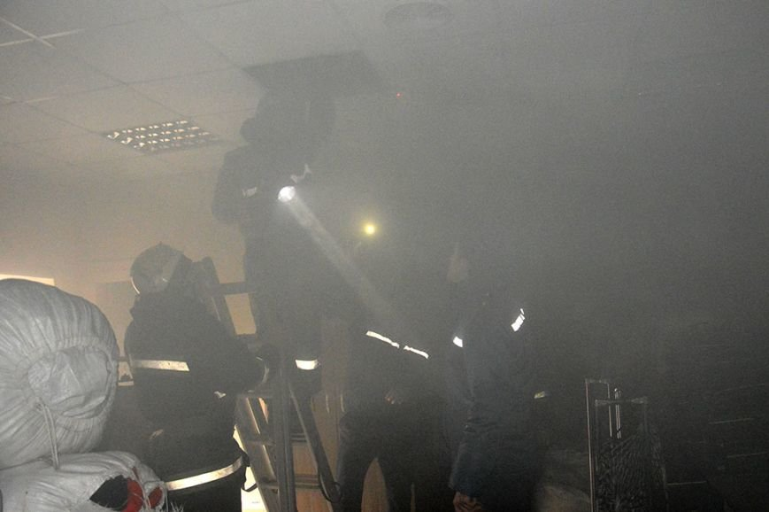 При пожаре в торгово-развлекательном центре Днепропетровска спасены 17 человек (ФОТО) (фото) - фото 1