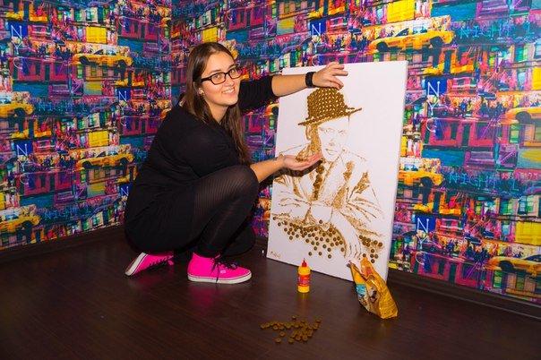 Гродненская художница изобразила Фрэнка Синатру при помощи корма для собак (фото) - фото 3