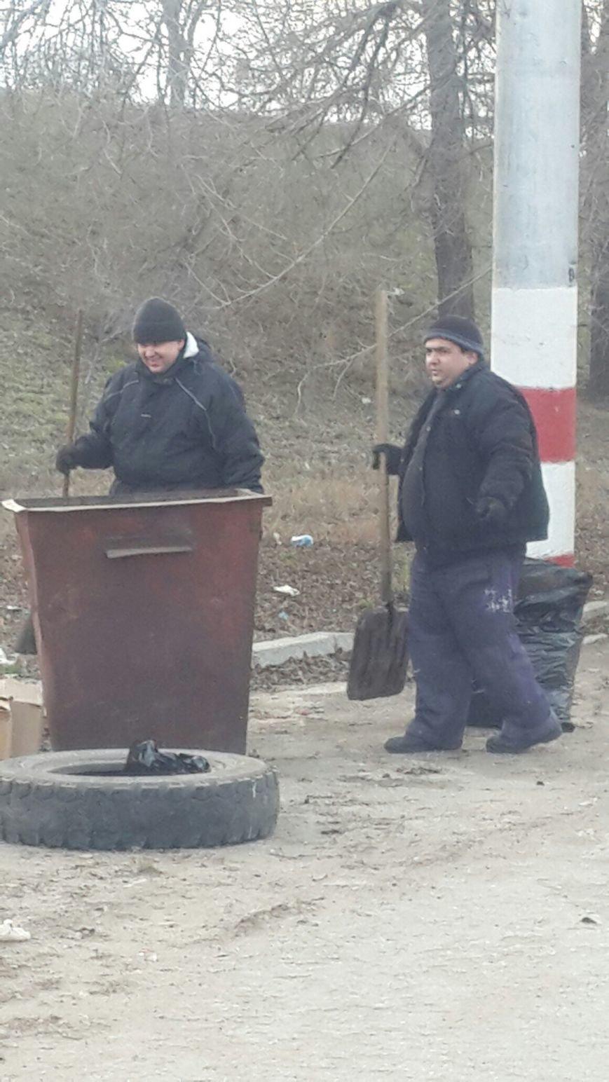 В Балаково мусор убирают с помощью трактора (фото) - фото 1