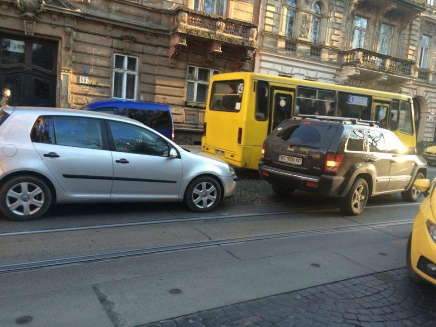 Через ДТП на вулиці Івана Франка зупинився рух трамваїв (ФОТО) (фото) - фото 1