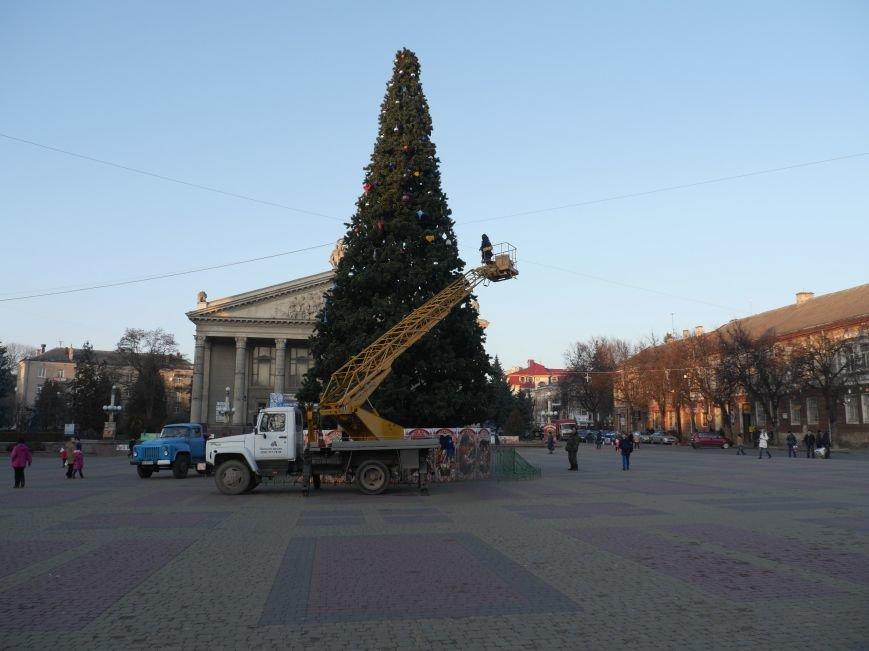 У Тернополі оздоблюють головну новорічну ялинку міста (фото) (фото) - фото 1