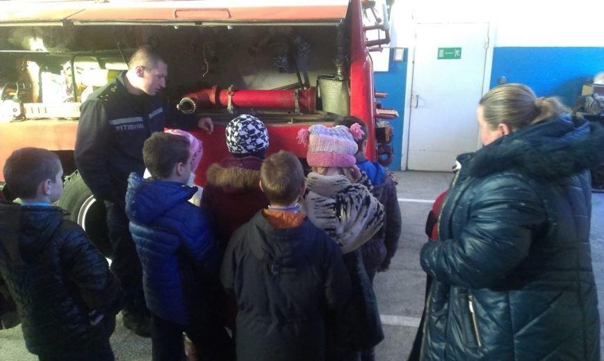 Воспитанники школы-интерната пришли в гости к павлоградским спасателям (фото) - фото 1