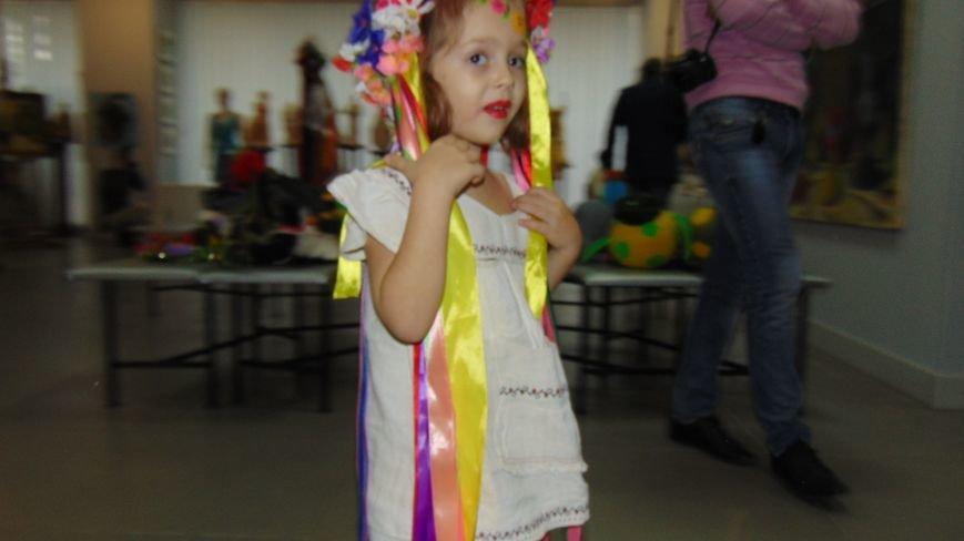 Мариупольские красавицы показали дефиле в платьях из бубликов, макарон и коктейльных палочек (ФОТОРЕПОРТАЖ) (фото) - фото 1