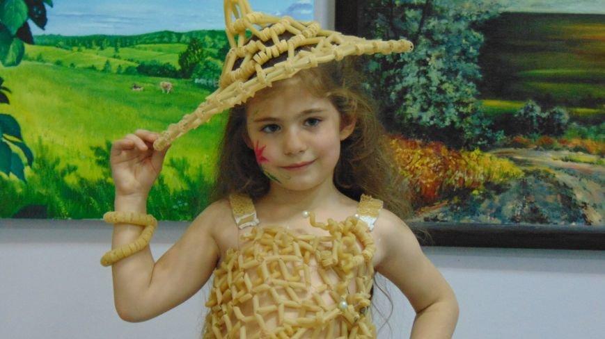 Мариупольские красавицы показали дефиле в платьях из бубликов, макарон и коктейльных палочек (ФОТОРЕПОРТАЖ) (фото) - фото 5
