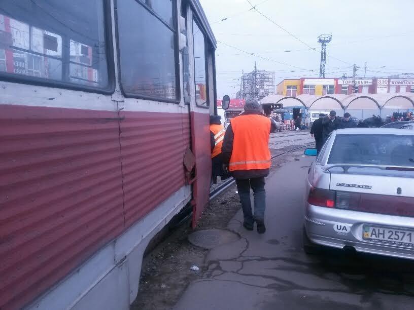 На Центральном рынке трамвай на большой скорости покатился назад. Пассажиры выпрыгивали на ходу (ФОТО), фото-2