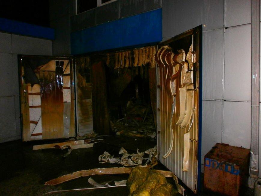 В Днепродзержинске ночью горел автокомплекс (фото) - фото 1