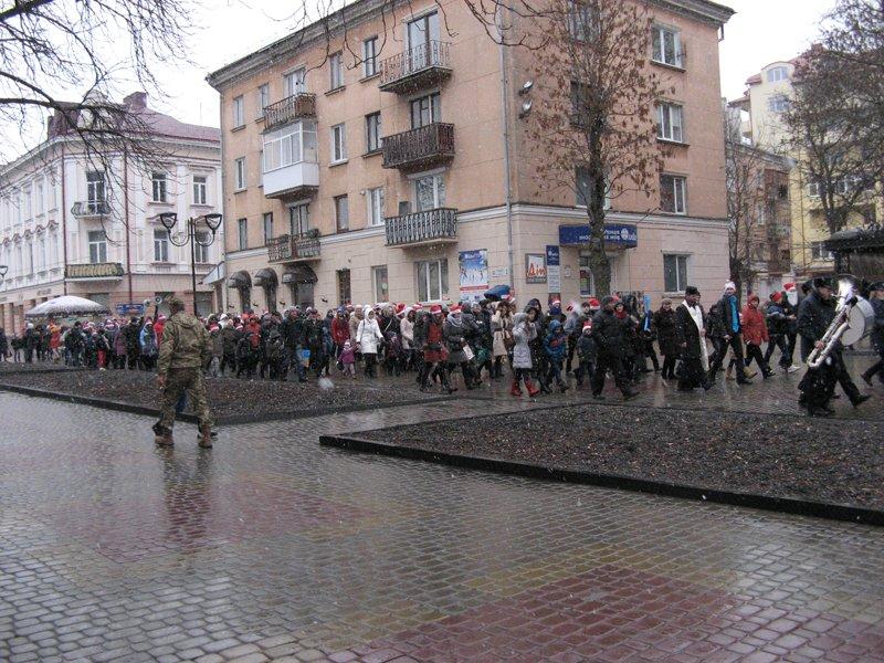 Більше сотні помічників святого Миколая пройшли парадом у Тернополі (фото) (фото) - фото 1