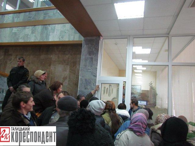 У Франківську на прийомі у мера жінка в безвиході погрожувала облити себе бензином і підпалити, фото-2
