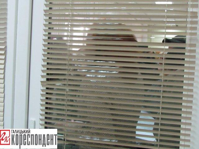У Франківську на прийомі у мера жінка в безвиході погрожувала облити себе бензином і підпалити, фото-4