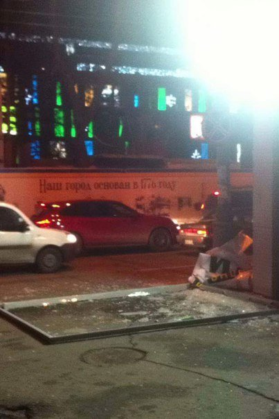 На площади Героев Майдана билборд упал на тротуар (фото) - фото 1