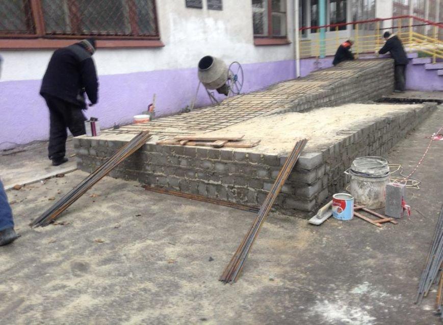 В мариупольской школе появился пандус для  людей с инвалидностью (ФОТО, ВИДЕО), фото-1