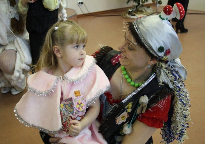 Малыши из детских домов города Пушкина подружились с Бабой Ягой (фото) - фото 1