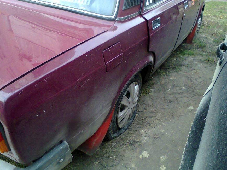 У Тернополі невідомі пробили 4 колеса автомобіля, припаркованого біля будинку (ФОТО) (фото) - фото 1