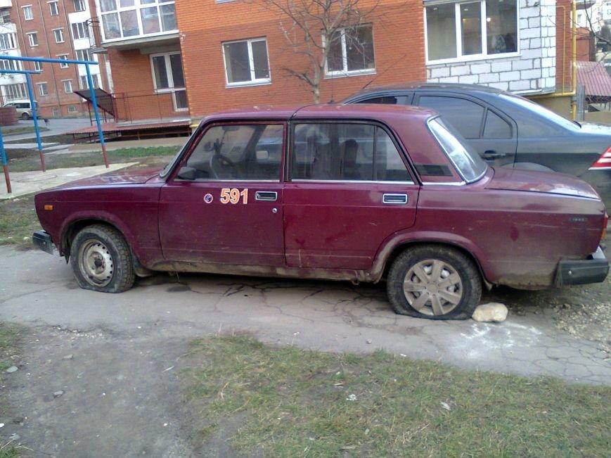 У Тернополі невідомі пробили 4 колеса автомобіля, припаркованого біля будинку (ФОТО) (фото) - фото 2