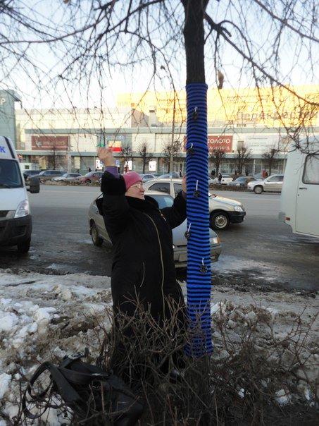 Ульяновские ярнбомберы утепляют деревья шарфами и гетрами, фото-3