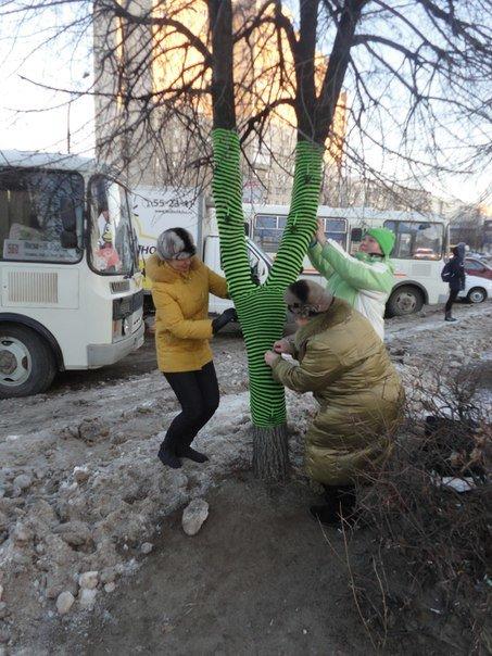 Ульяновские ярнбомберы утепляют деревья шарфами и гетрами (фото) - фото 1