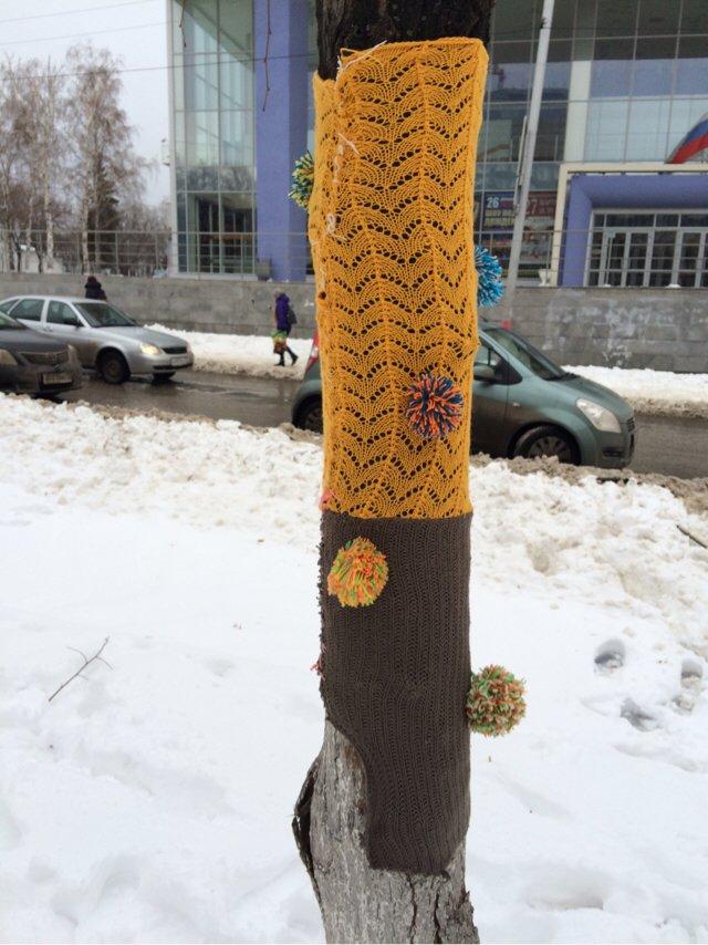 Ульяновские ярнбомберы утепляют деревья шарфами и гетрами, фото-4