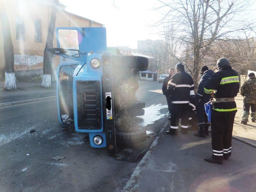 В Кировограде произошло ДТП: на перекрестке перевернулся грузовик. ФОТО (фото) - фото 1