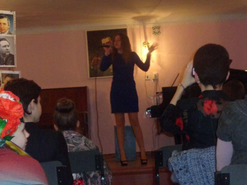 Звуки музыки: в Красноармейске состоялся яркий патриотичный концерт (фото) - фото 5