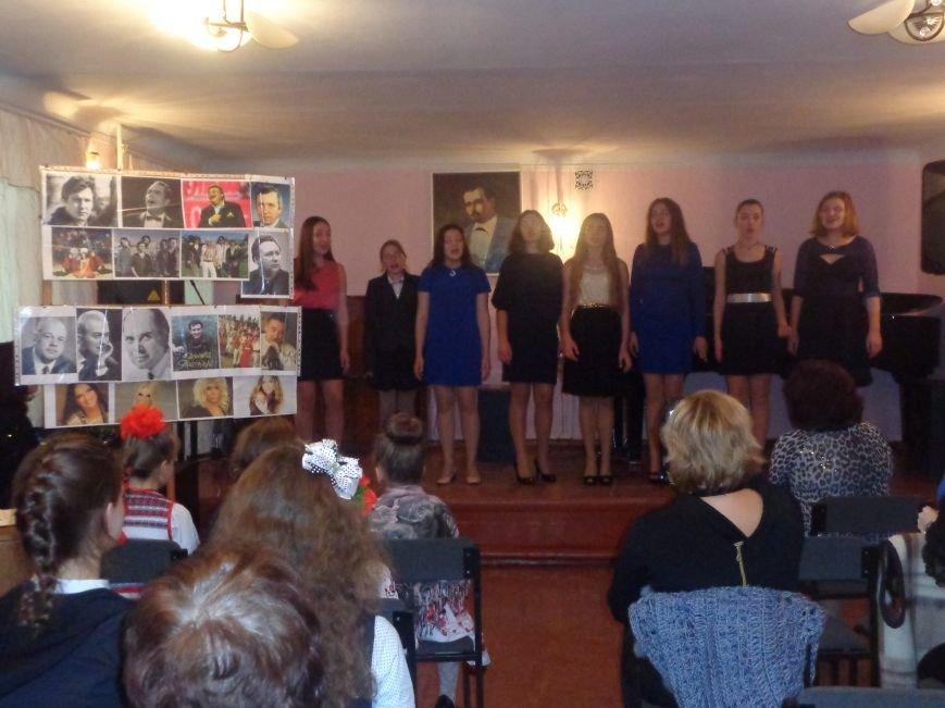 Звуки музыки: в Красноармейске состоялся яркий патриотичный концерт (фото) - фото 1