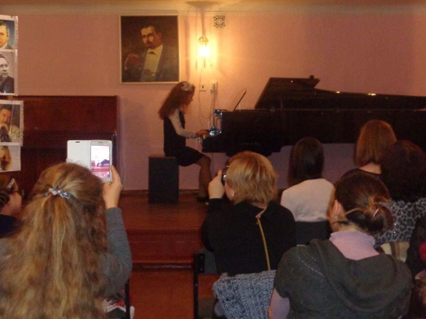 Звуки музыки: в Красноармейске состоялся яркий патриотичный концерт (фото) - фото 4