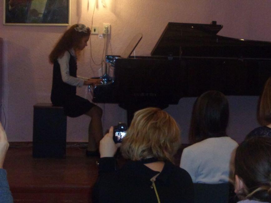 Звуки музыки: в Красноармейске состоялся яркий патриотичный концерт (фото) - фото 3