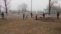 Добропольские депутаты вместе с сельчанами убирают территорию совета (фото) - фото 1