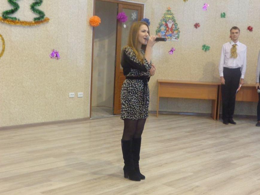 В ДонНТУ Красноармейска прошел предновогодний отчетный концерт студенческого самоуправления (фото) - фото 7