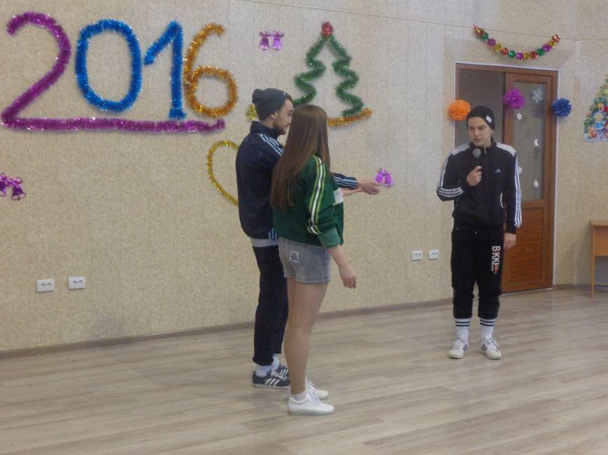 В ДонНТУ Красноармейска прошел предновогодний отчетный концерт студенческого самоуправления (фото) - фото 8