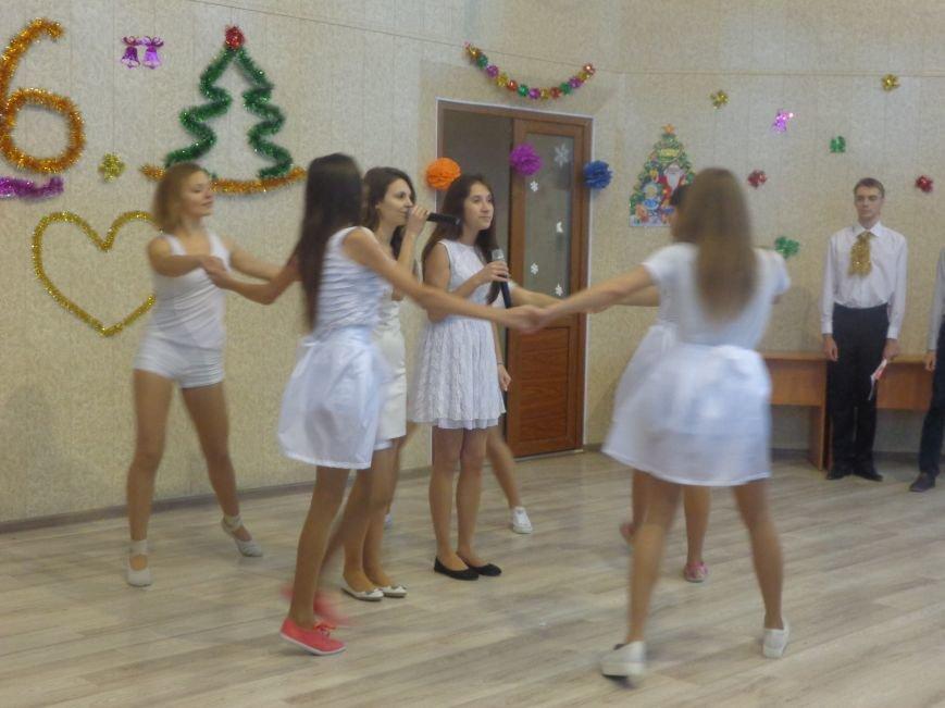 В ДонНТУ Красноармейска прошел предновогодний отчетный концерт студенческого самоуправления (фото) - фото 6
